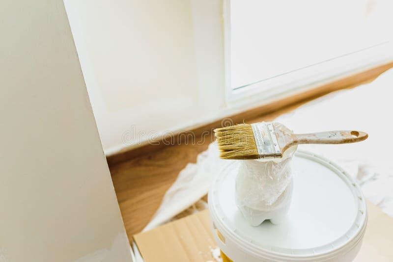 Tinta branca sem emissão de gás num balde de tinta plástica ecológica para decorar a casa imagem de stock royalty free