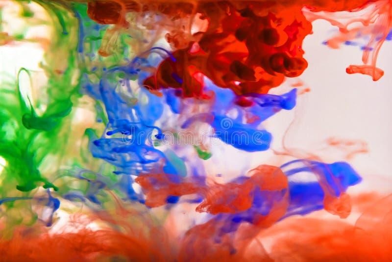 Tinta colorida que remolina en agua foto de archivo libre de regalías