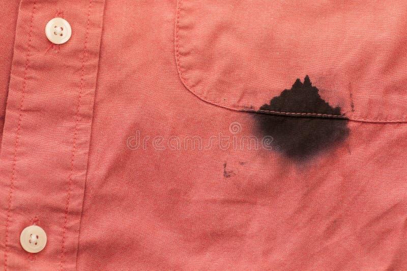 Tinta da camisa do Mens do close up manchada pela pena gotejante imagem de stock royalty free