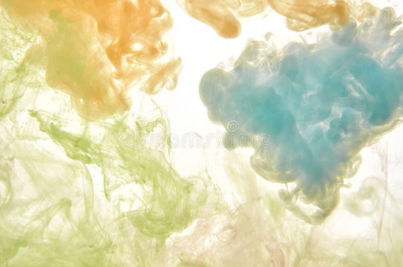 Tinta de acrílico multicolora en agua abstraiga el fondo foto de archivo libre de regalías