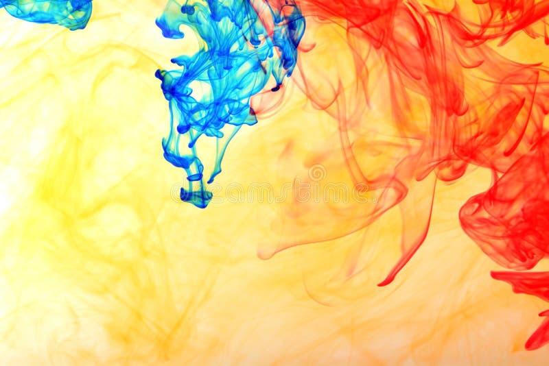 Tinta del arco iris en el agua imagen de archivo