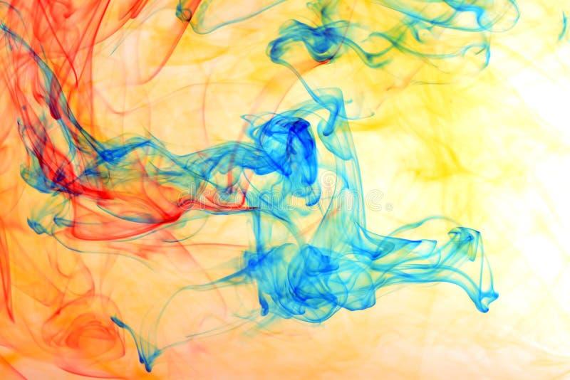 Tinta del arco iris en el agua foto de archivo libre de regalías