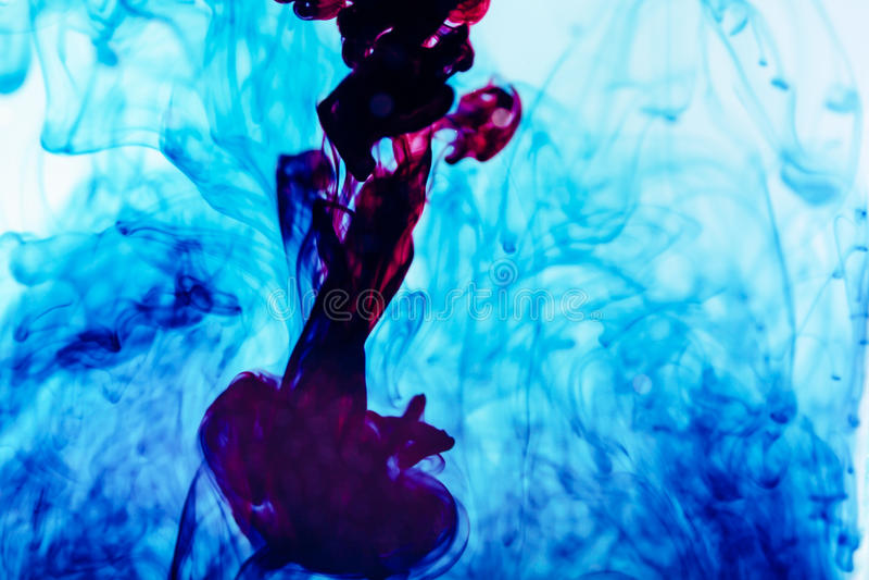 Tinta púrpura en el agua, tiro artístico, fondo abstracto foto de archivo libre de regalías