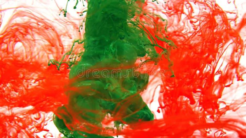 Tinta que remolina en el agua, descenso del color en el agua fotografiada en el movimiento foto de archivo libre de regalías