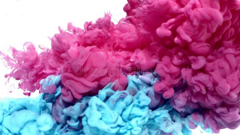Tinta rosada y azul en agua fotos de archivo