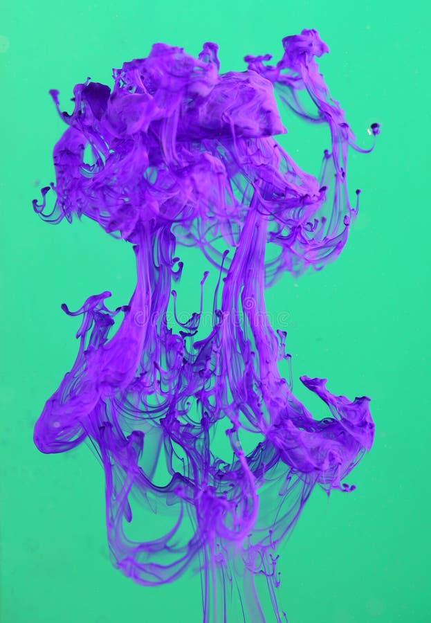 Tinta violeta de dissolução fotos de stock