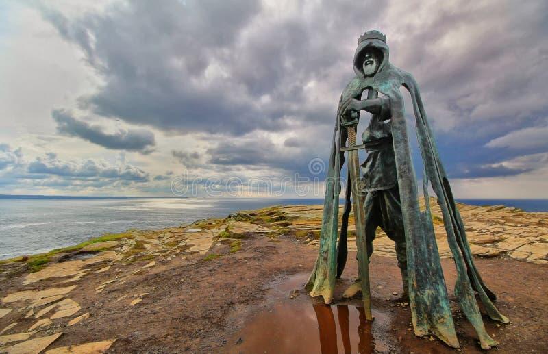 Tintagel, Cornualha, Reino Unido - 10 de abril de 2018: A estátua G do rei Arthur foto de stock royalty free