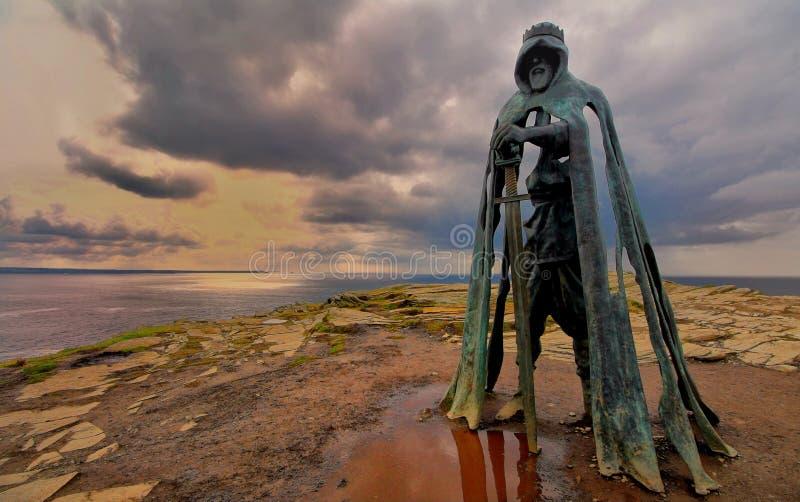 Tintagel, Cornualha, Reino Unido - 10 de abril de 2018: A estátua G do rei Arthur fotografia de stock