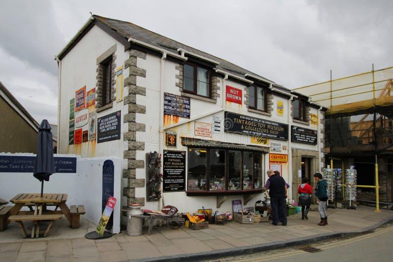 Tintagel, Cornwall, het UK - 10 April 2018: Bezoekers die outsid doorbladeren stock foto's