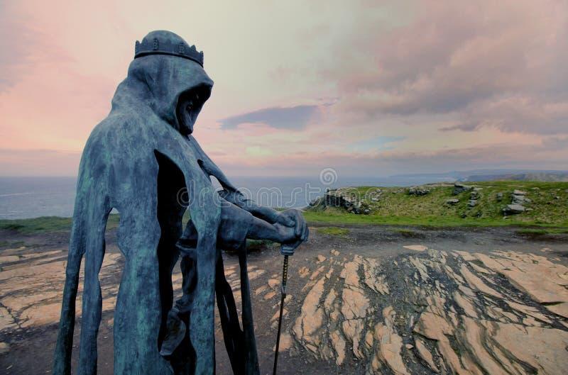 Tintagel, Cornwall, het UK - 10 April 2018: Het standbeeld G van KoningsArthur stock fotografie