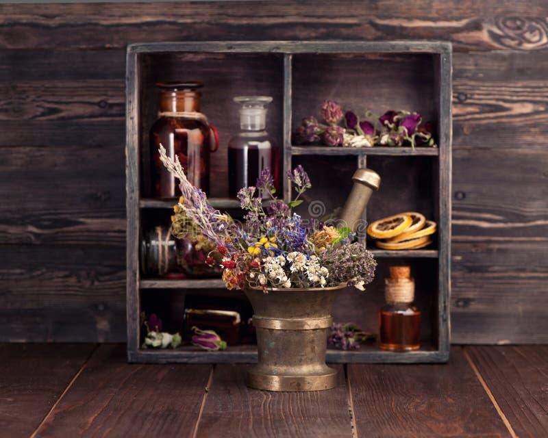 Tinte médico de las hierbas y de las flores y de las botellas fotos de archivo libres de regalías
