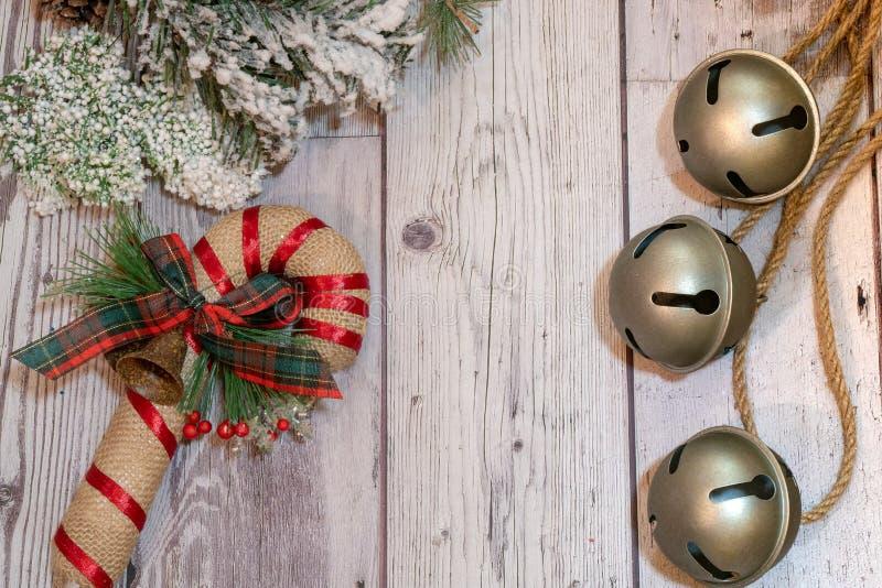 Tintements du carillon sur la corde avec les branches assemblées décoratives de pin de neige photographie stock