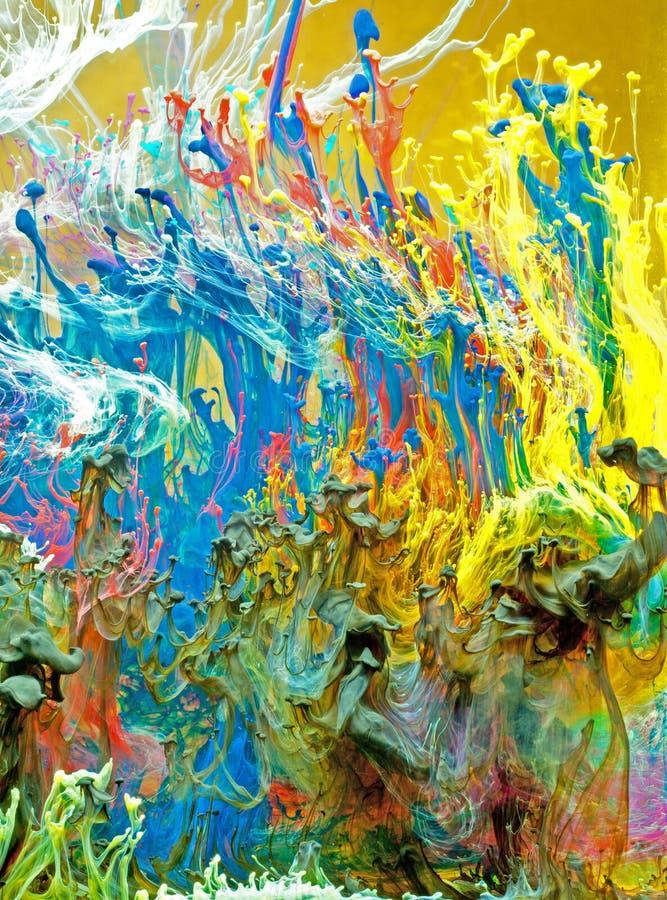 Tinten, die in Wasser wirbeln   stockbilder