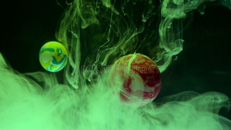 Tinten-Tropfen des Wassers mit Bällen Abstraktion stockfotos