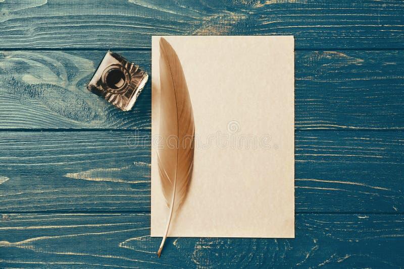 Tintenfaß mit Feder und Blatt Papier stockbild