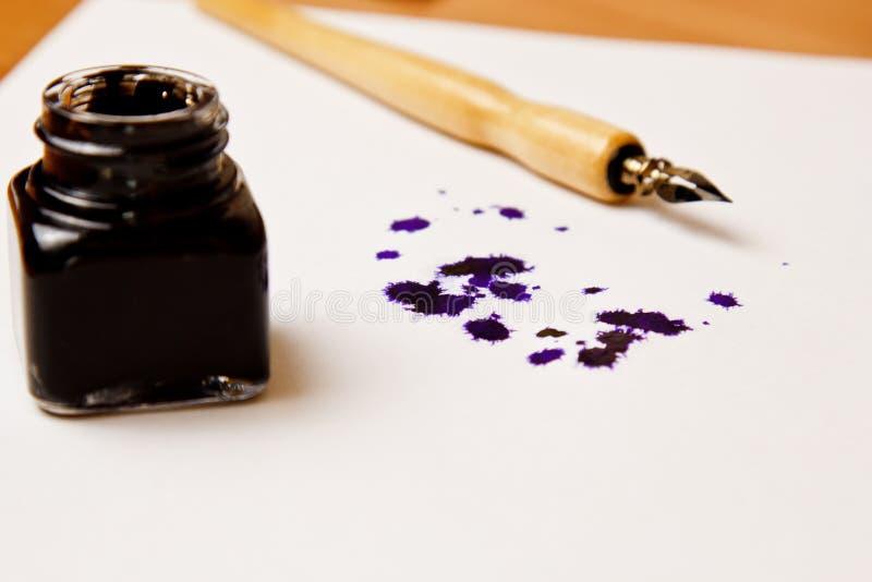 Tintenfleck gezeichnet mit einem Tintenstift auf einem Wei?buchblatt mit Tintenfa? Fleck- und Briefpapierabschlu? herauf Draufsic lizenzfreies stockbild