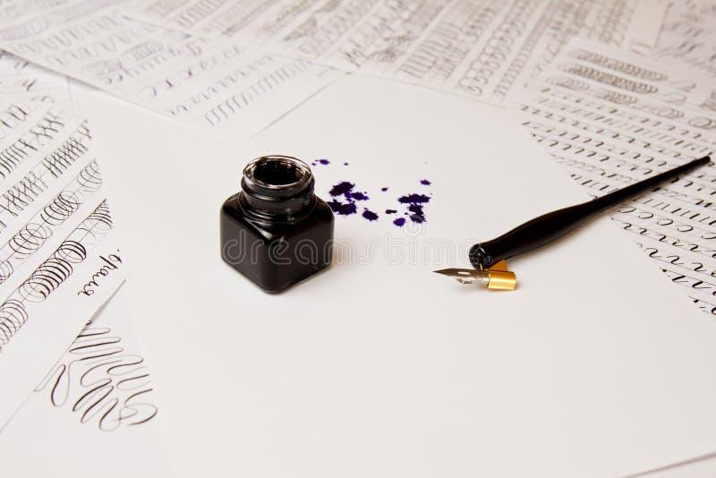 Tintenfleck gezeichnet mit einem Tintenstift auf einem Wei?buchblatt mit Tintenfa? Fleck- und Briefpapierabschlu? herauf Draufsic stockfotografie