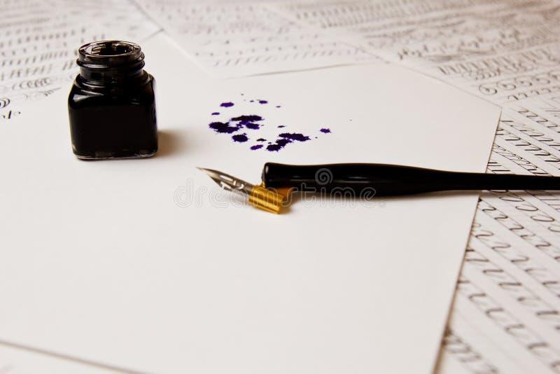 Tintenfleck gezeichnet mit einem Tintenstift auf einem Wei?buchblatt mit Tintenfa? Fleck- und Briefpapierabschlu? herauf Draufsic lizenzfreie stockfotografie