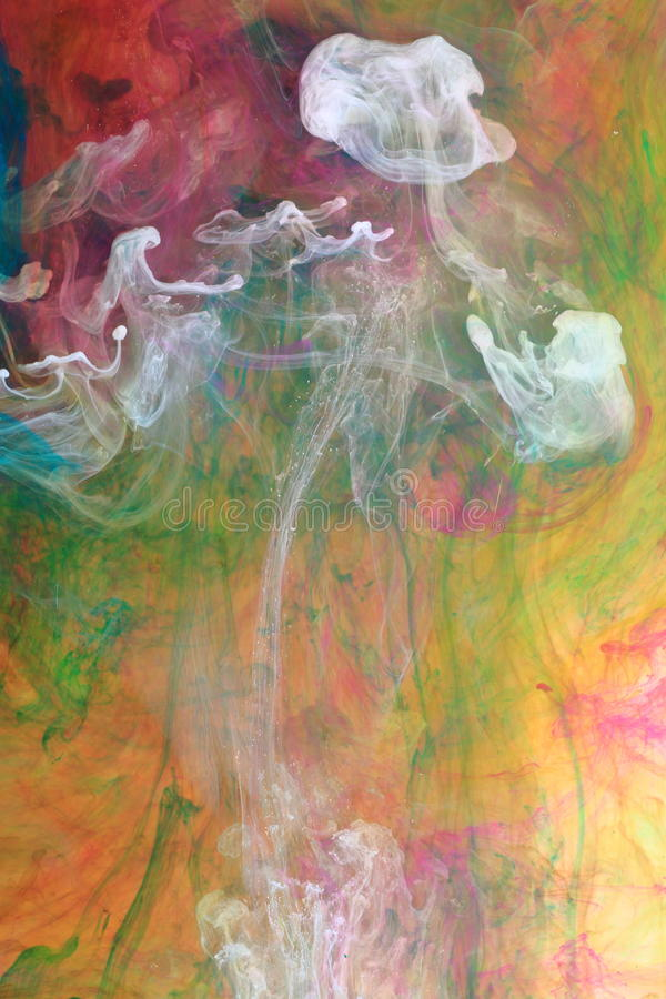 Tintenwolken in der Flüssigkeit stockfoto