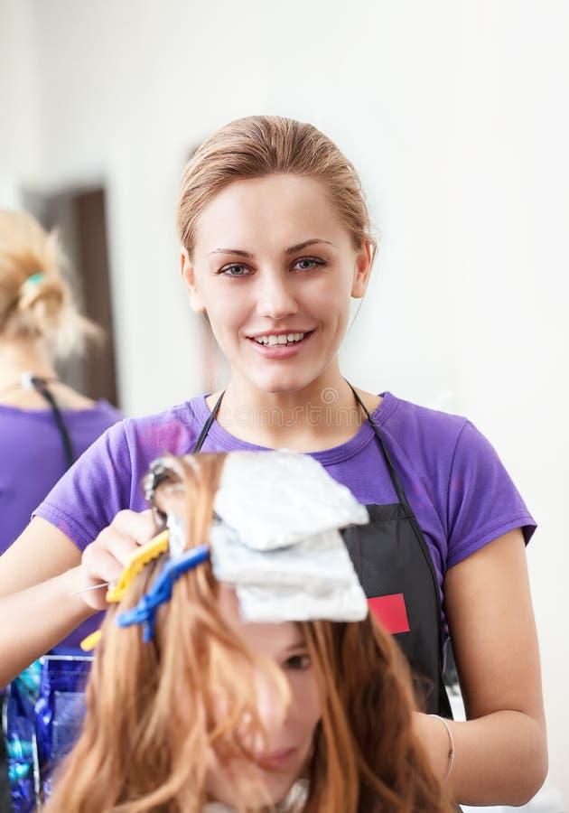 Tintura del parrucchiere della donna i capelli immagine stock libera da diritti