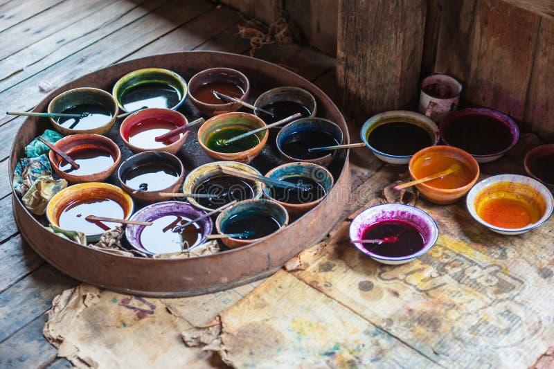 Tinturas para a matéria têxtil colorindo fotografia de stock royalty free