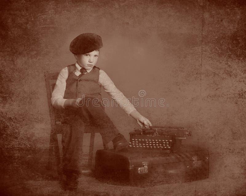 Tintype de petit garçon et de machine à écrire photographie stock libre de droits