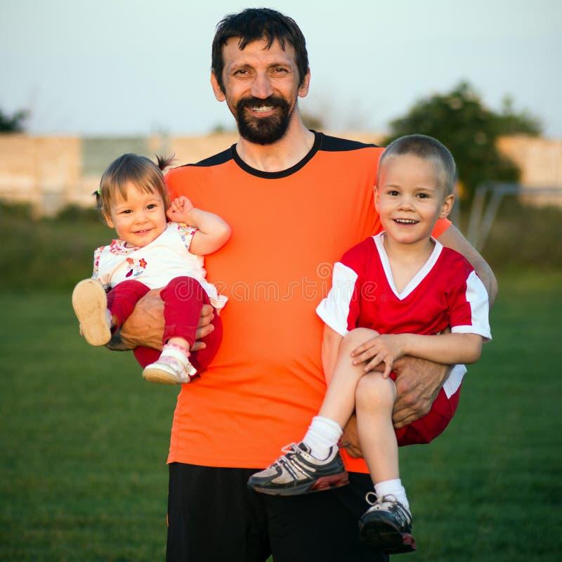 Tio feliz da família com crianças foto de stock royalty free
