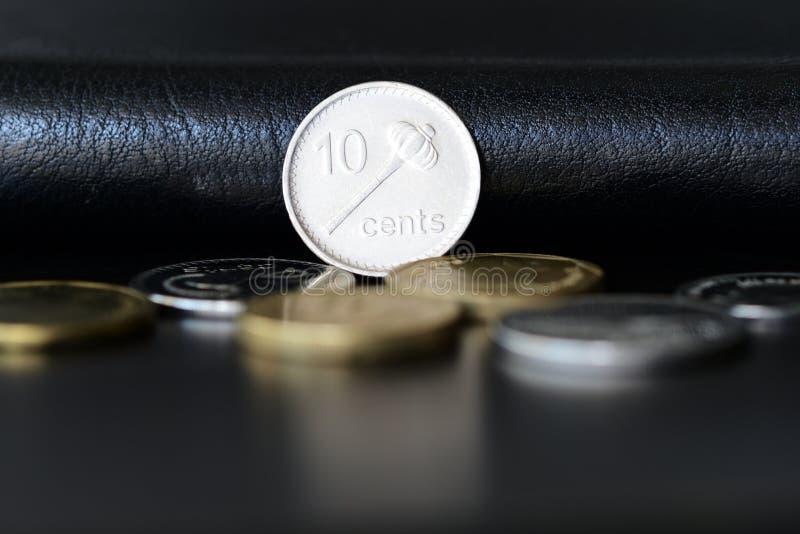 Tio fijian cent på en mörk bakgrund royaltyfri bild