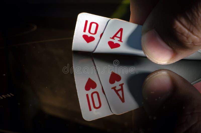 Tio och en ACE av spaden i händerna royaltyfri fotografi