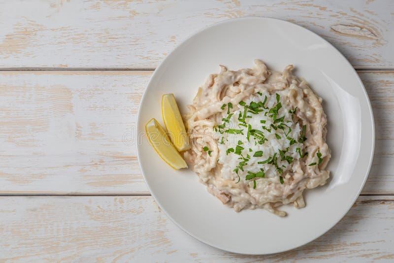Tioarmad bläckfisk i gräddfilsås Grekisk nationell matr?tt ?vre sikt Kopia-utrymme fotografering för bildbyråer