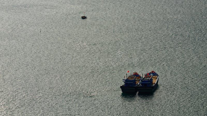 Tioarmad bläckfiskfiskebåtar, Da Nang, Vietnam arkivfoto