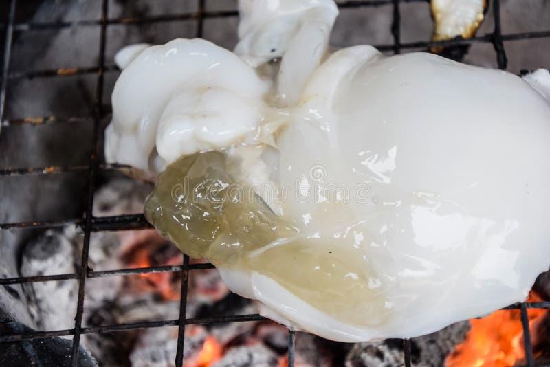 Tioarmade bläckfisken grillade bbq som var havs- på ugnen - thailändsk mat, läcker mat, thailändsk mat fotografering för bildbyråer