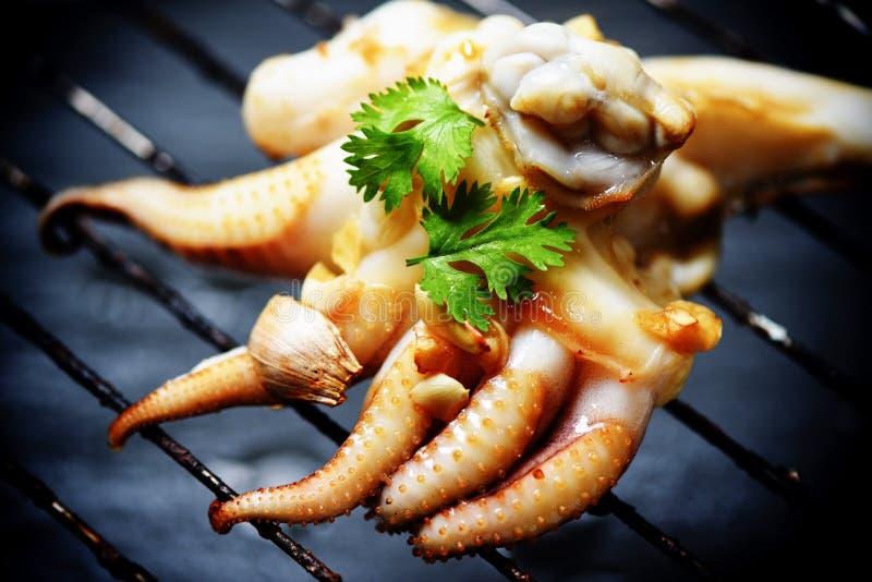Tioarmade bläckfisken grillade varm aptitretaremat och kryddig skaldjur för chilisås som lagades mat i restaurangen - tentakelblä royaltyfri fotografi