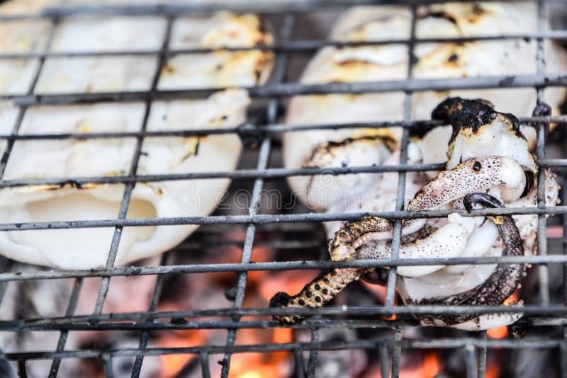 Tioarmade bl?ckfisken grillade bbq som var havs- p? ugnen - thail?ndsk mat, l?cker mat, thail?ndsk mat royaltyfria foton