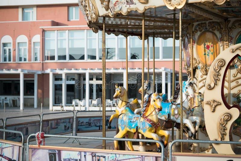 Tiovivo colorido con los caballos pintados fotografía de archivo libre de regalías