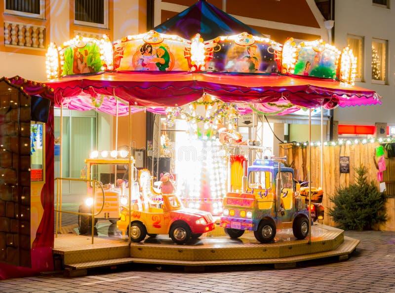 Tiovivo iluminado en una Navidad markted imagen de archivo libre de regalías