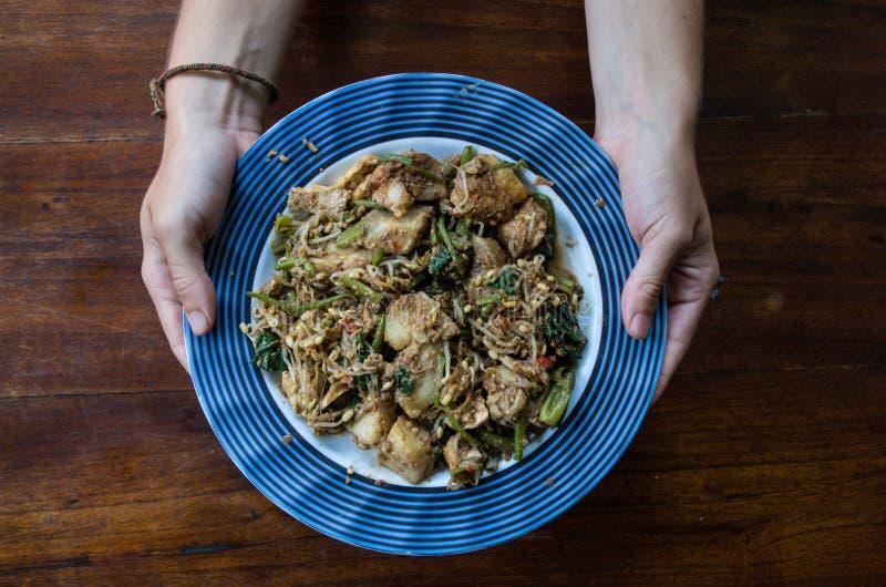 TIPAT CONTOK - vegetais do vapor da mistura, alimento típico do Balinese, placa da terra arrendada da mulher imagem de stock royalty free