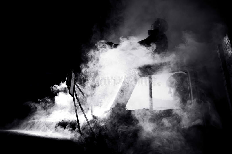 Tipi in automobile in pieno di fumo fotografie stock libere da diritti