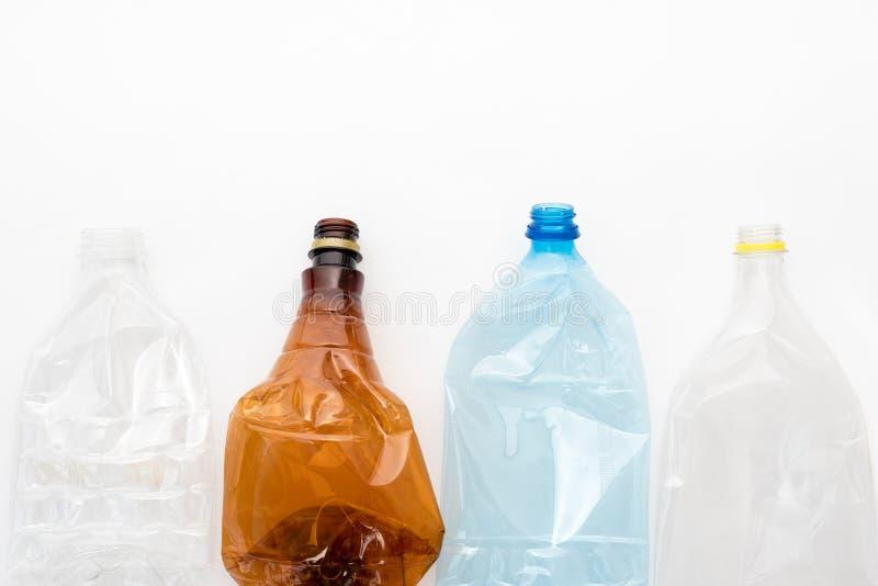 Tipi differenti di bottiglie di plastica schiacciate su fondo bianco Copyspace per testo Spreco riciclabile Riciclando, riutilizz immagine stock