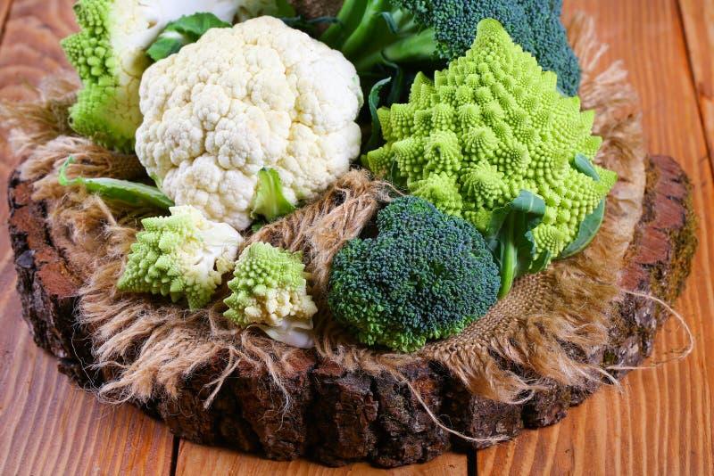 Tipi differenti di broccoli del cavolo, Romanesco su un ceppo di legno fotografia stock libera da diritti