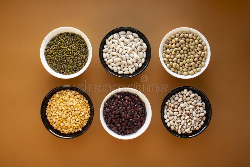 Tipi differenti di fagioli in ciotole fotografia stock