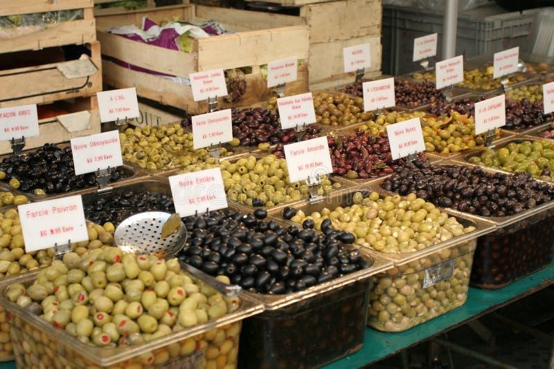 Tipi differenti di olive da vendere immagine stock