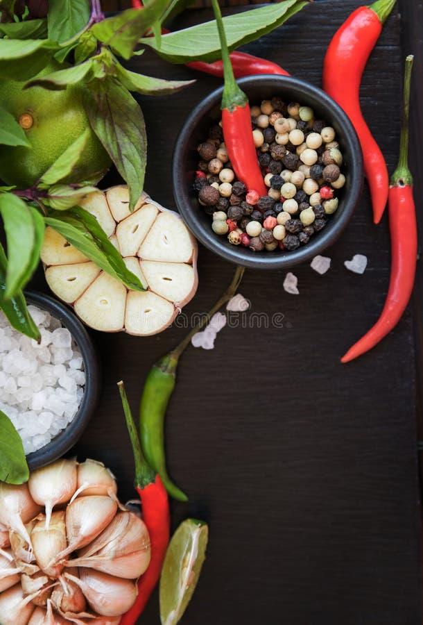 Tipi differenti di spezie e di erbe per la cottura sull'ardesia nera b immagine stock libera da diritti