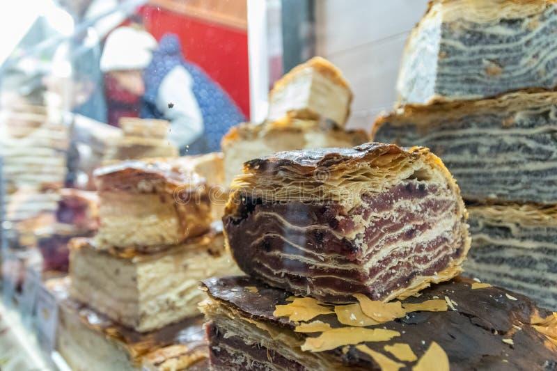 Tipi differenti di torte al mercato di Natale a Cluj-Napoca, la Transilvania, Romania fotografie stock