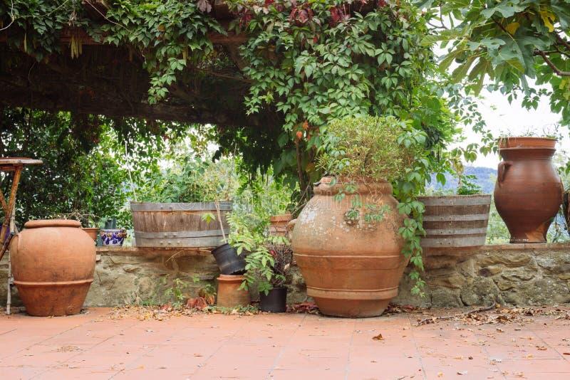 Tipi differenti di vasi da fiori in un piccolo villaggio dell'origine medievale Volpaia, Toscana, Italia fotografie stock