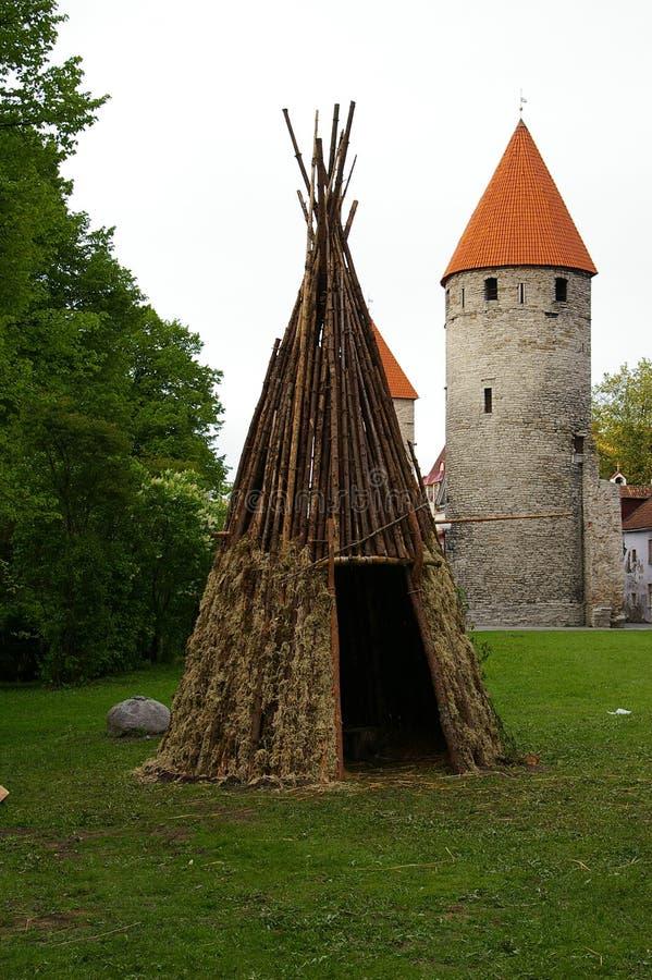 Tipi en bois près des murs de la forteresse médiévale antique images libres de droits