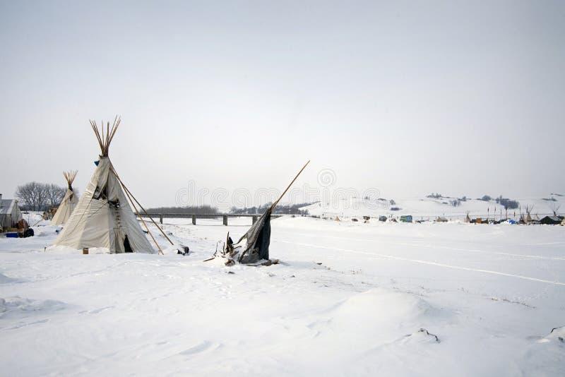 Tipi en el borde del río congelado de la bola de cañón, bola de cañón, Dakota del Norte, los E.E.U.U., enero de 2017 fotos de archivo