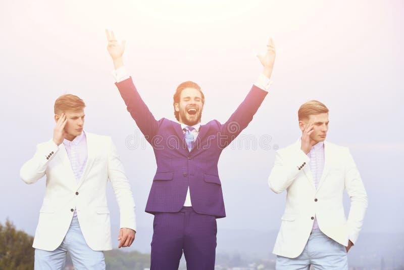 Tipi felici dei gemelli e dell'uomo su cielo blu, affare agile fotografia stock libera da diritti
