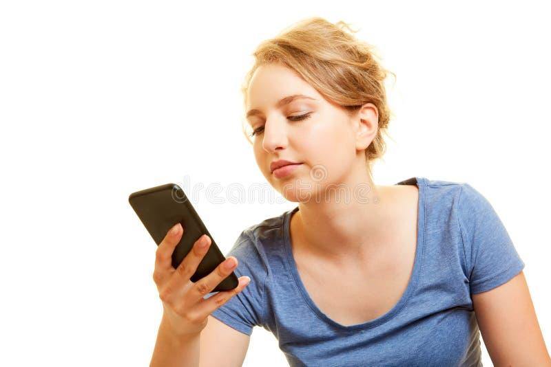 Tipi messaggio della giovane donna di chiacchierata sullo smartphone immagine stock libera da diritti
