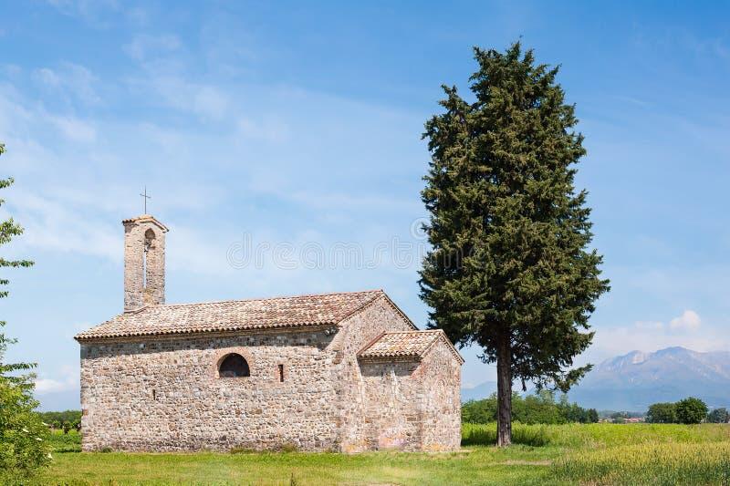 Tipic sikt med kyrkan och cypressen royaltyfria bilder